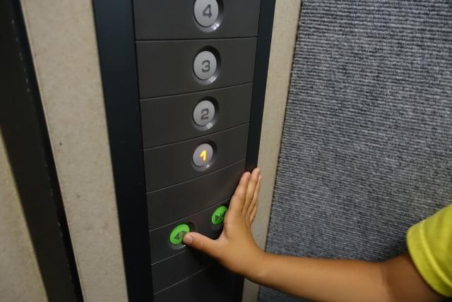 に 英語 エレベーター 乗る